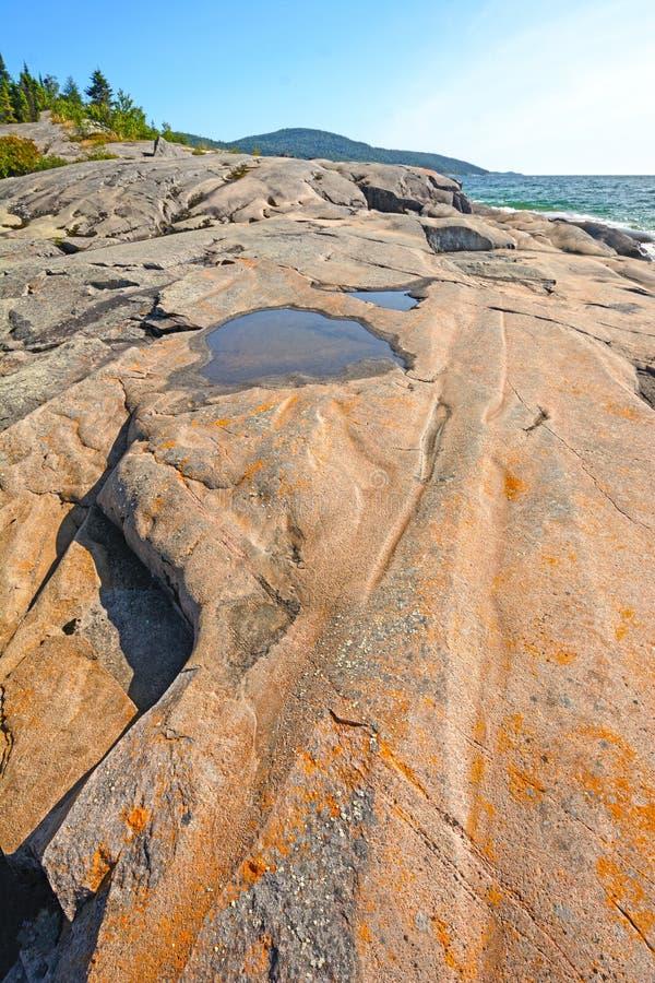 Roca plana dramática en un día de verano fotografía de archivo