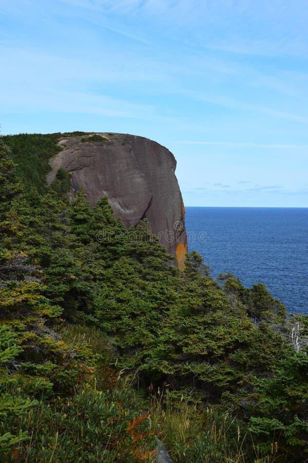 Roca principal roja Flatrock de la costa de Killick imagen de archivo