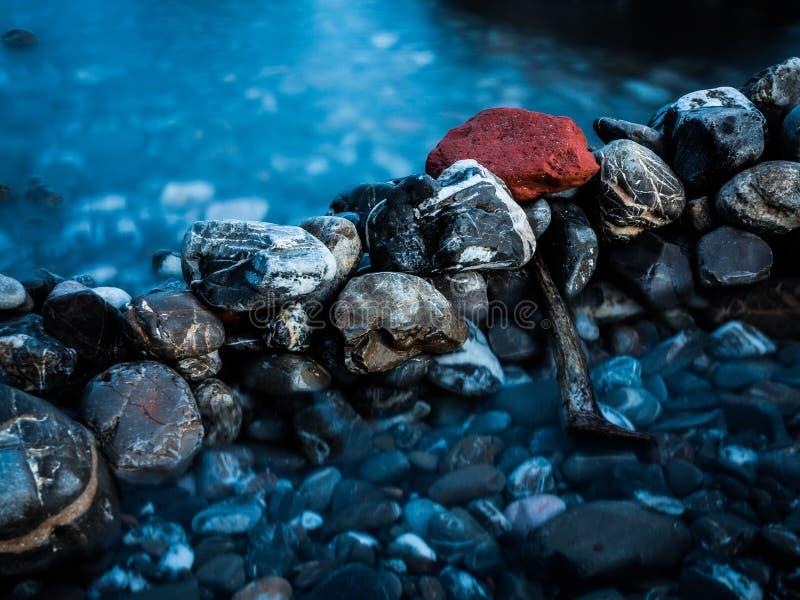 Roca roja cerca del mar imagen de archivo libre de regalías