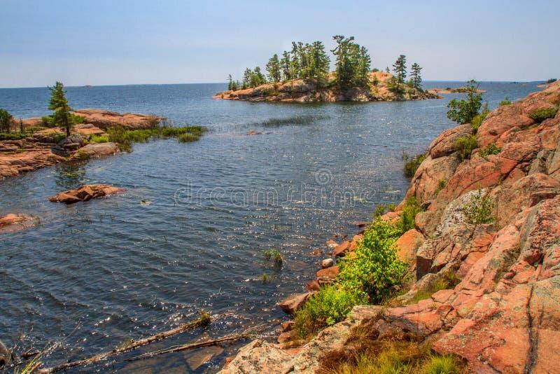 Roca roja en la bahía georgiana Ontario Canadá imágenes de archivo libres de regalías