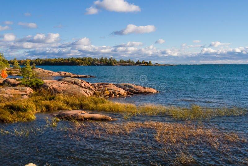 Roca roja en la bahía georgiana Ontario Canadá imagen de archivo libre de regalías
