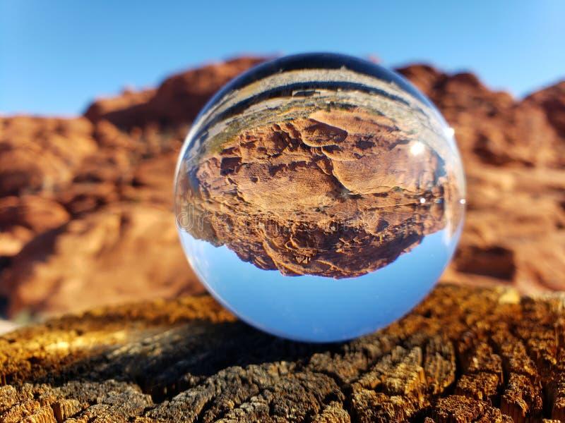 Roca roja en una bola fotografía de archivo