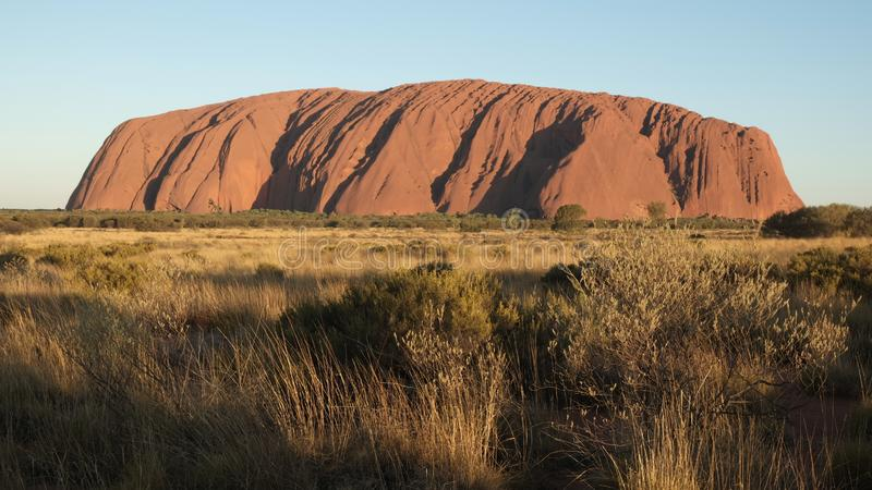 Roca roja que se coloca lejos fotos de archivo