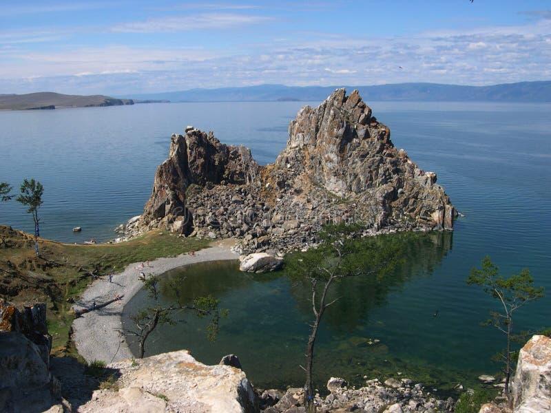 Roca Shamanka en la isla Olkhon, el lago Baikal En tiempo solar claro fotografía de archivo libre de regalías