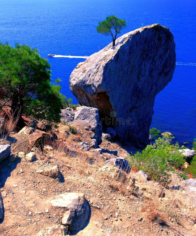 Roca sobre el mar imagen de archivo
