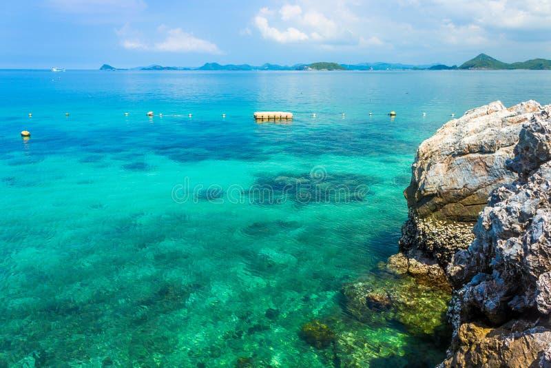 Roca tropical de la isla en la playa con el cielo azul KOH Kham pattaya Tailandia fotografía de archivo