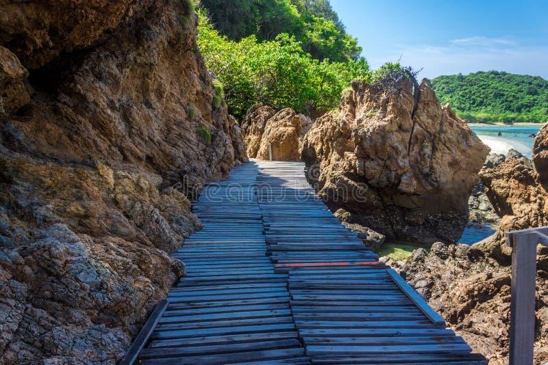 Roca tropical de la isla y puente de madera en la playa con el cielo azul KOH Kham pattaya Tailandia imágenes de archivo libres de regalías