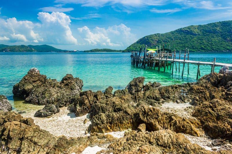 Roca tropical de la isla y puente de madera en la playa con el cielo azul KOH Kham pattaya Tailandia fotos de archivo