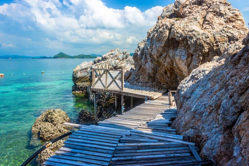Roca tropical de la isla y puente de madera en la playa con el cielo azul KOH Kham pattaya Tailandia fotografía de archivo libre de regalías