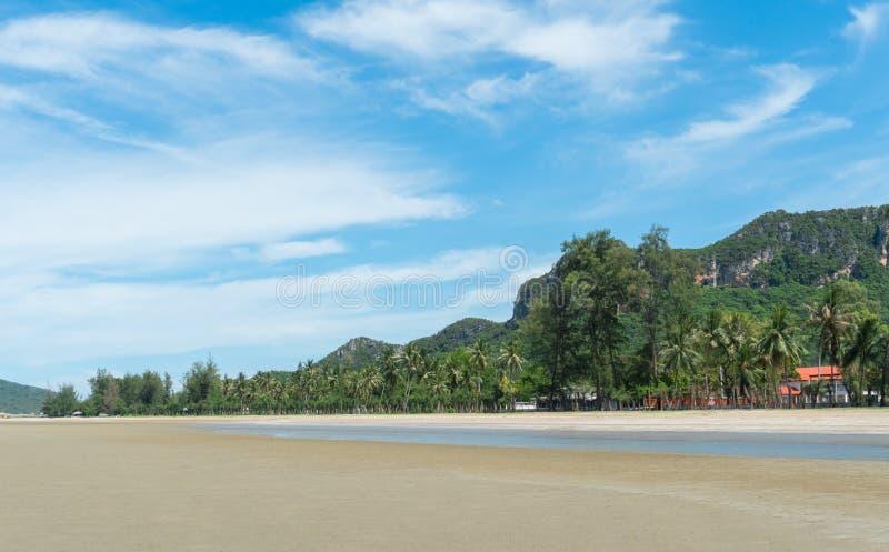 Roca verde o Stone Mountain y árbol de coco en Sam Roi Yod Bea imagen de archivo libre de regalías