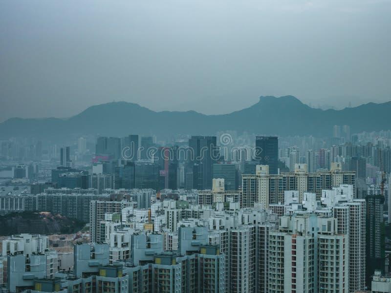Roca y edificio, Hong Kong del león fotografía de archivo