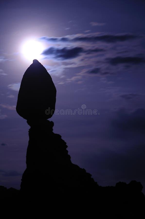 Roca y luna equilibradas en parque nacional de los arcos imagen de archivo