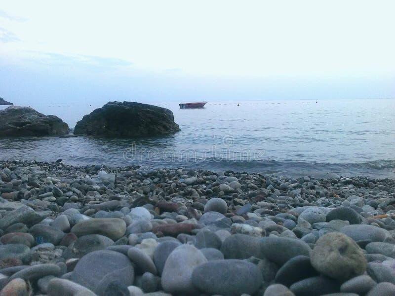 Roca y mar foto de archivo