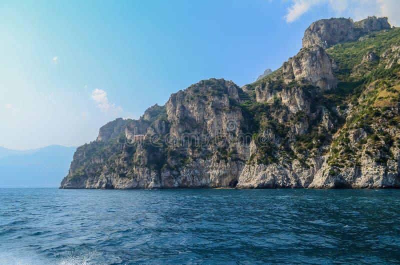 Roca y mar Costa de Amalfi en Italia fotografía de archivo