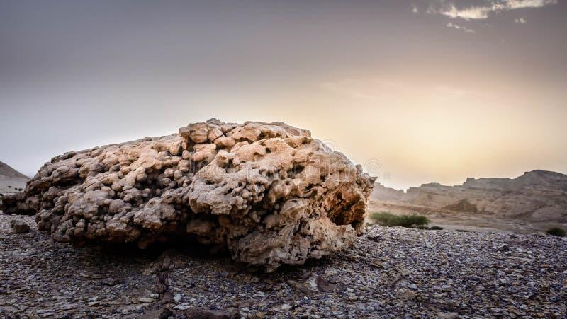 Roca y puesta del sol imagenes de archivo