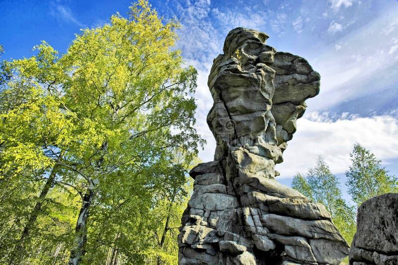Rocas 'siete hermanos y una hermana 'uno de la mayoría de los lugares pintorescos en los Urales medios imagen de archivo libre de regalías