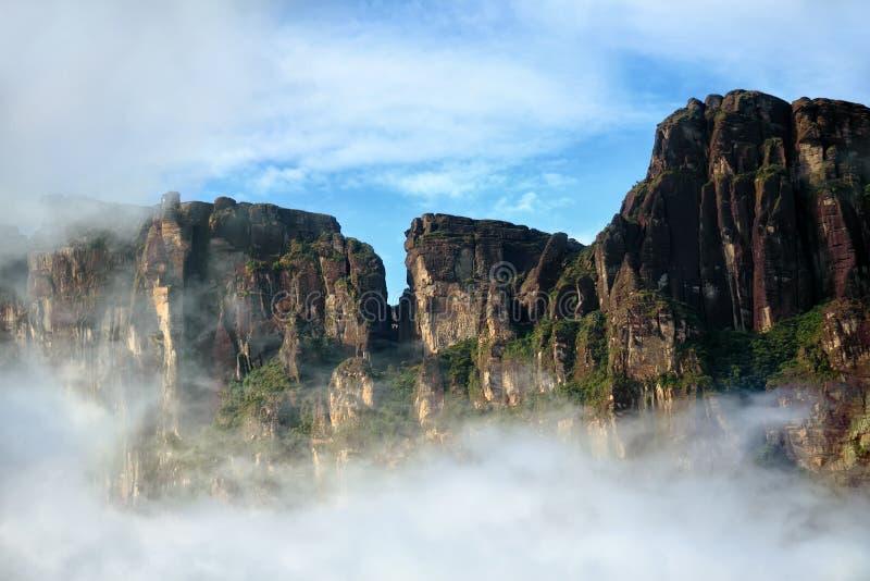 Rocas asombrosas detrás de la nube - visión natural hermosa fotografía de archivo libre de regalías
