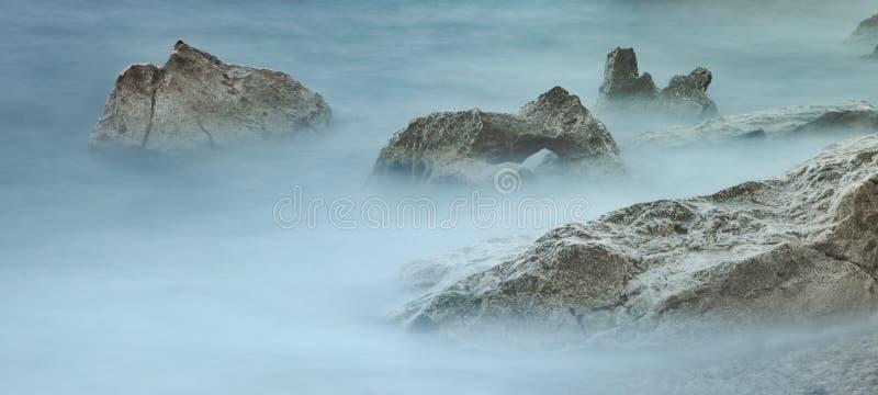 Rocas blancas en el mar brumoso foto de archivo libre de regalías