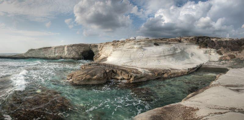 Rocas blancas en la playa de los governon cerca del limasol, Chipre foto de archivo