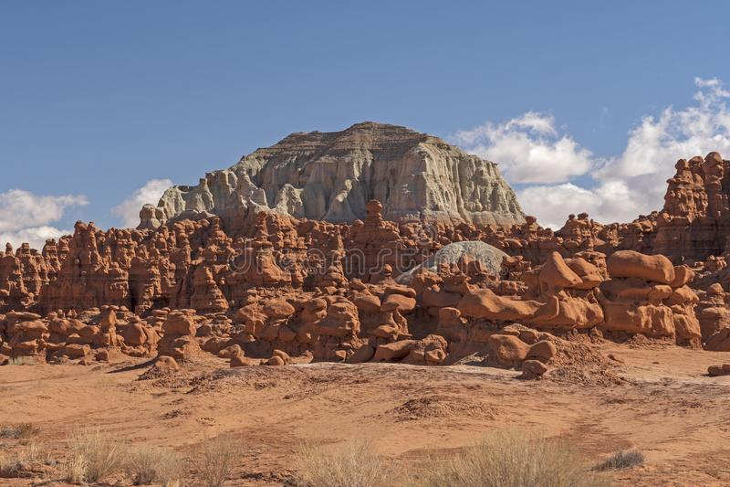 Rocas blancas y rojas en el desierto imagen de archivo libre de regalías