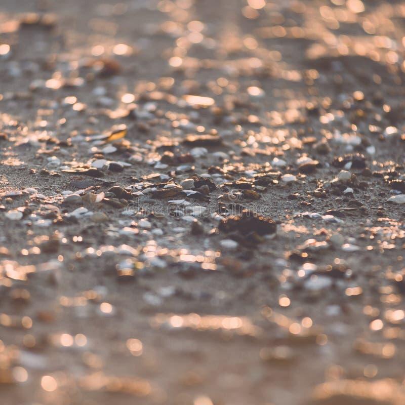 Rocas brillantes abstractas en la playa - efecto retro del vintage imagen de archivo libre de regalías