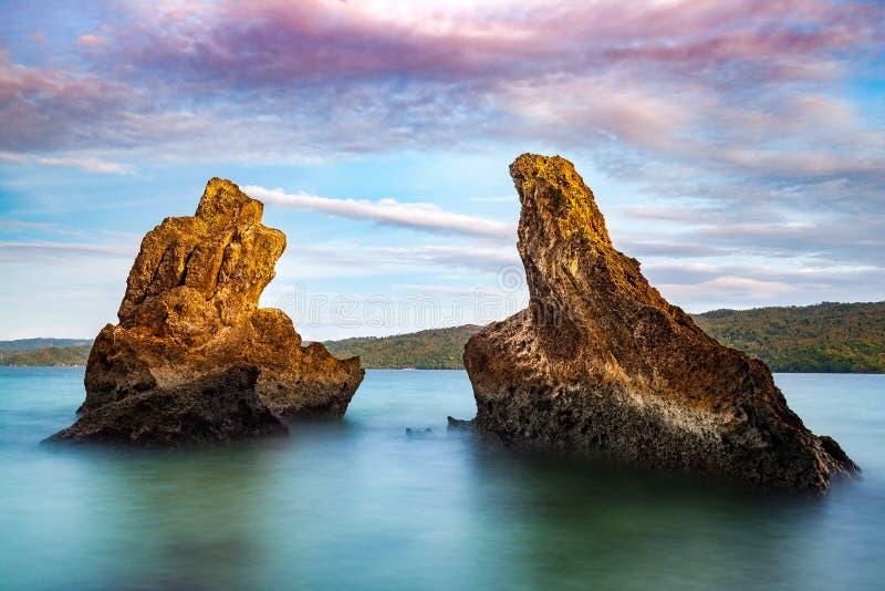 Rocas cerca de la isla de Cayo Levantado, imagen de archivo libre de regalías