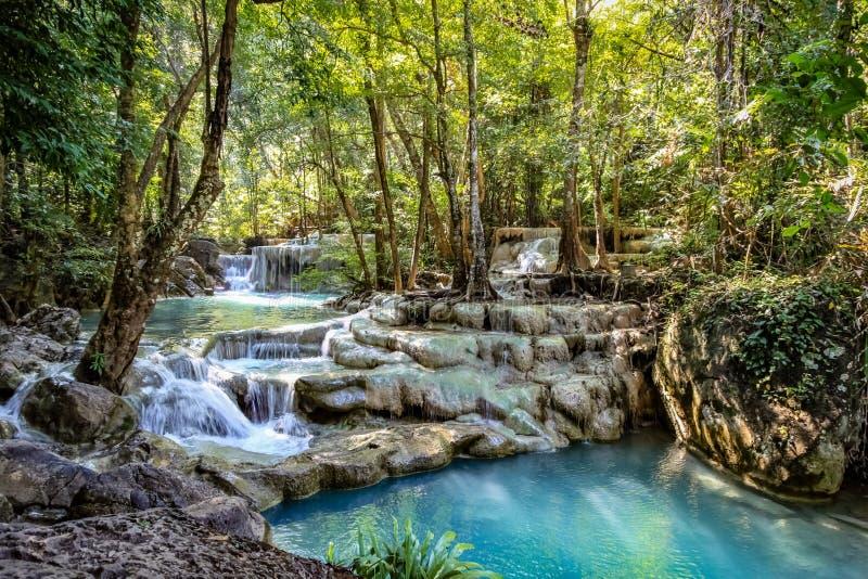 Rocas con agua de conexión en cascada hacer una serie de cascadas cortas hermosas en el bosque denso del parque nacional de Erawa imagen de archivo libre de regalías