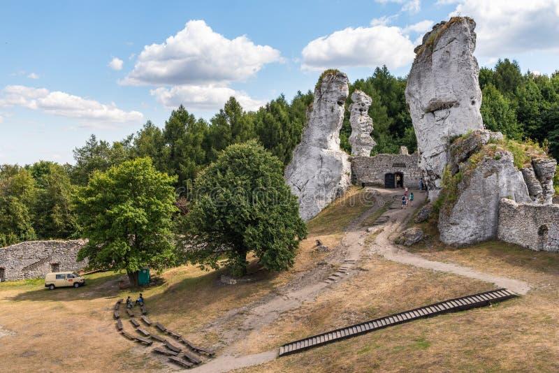 Rocas con ruinas del castillo de Ogrodzieniec en la montaña jurásica polaca, región de Silesia de Polonia, fotografía de archivo libre de regalías