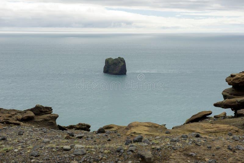 Rocas de Dyrholaey en el Océano Atlántico, Islandia foto de archivo