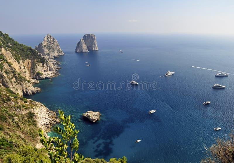 Rocas de Faraglioni, Capri, Italia foto de archivo