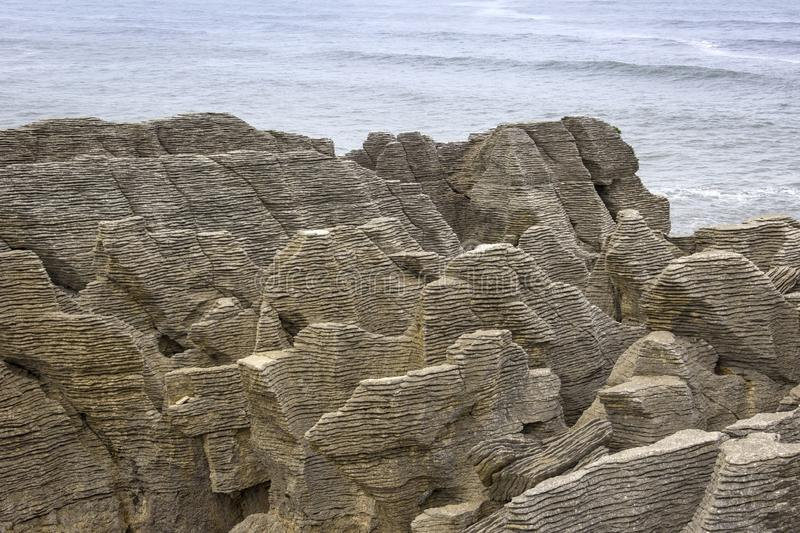 Rocas de la crepe en el Océano Pacífico, Westcoast, Nueva Zelanda foto de archivo libre de regalías