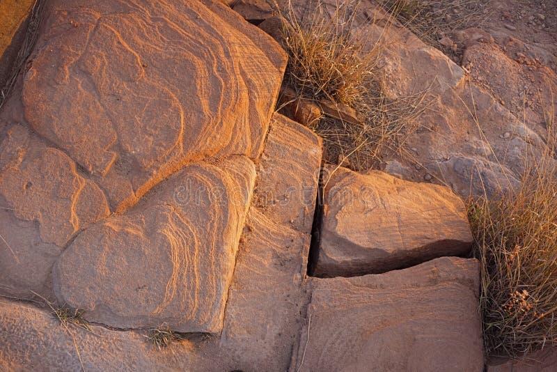 Rocas de la piedra arenisca en luz de oro de la puesta del sol foto de archivo libre de regalías