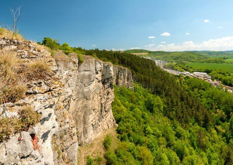 Rocas de la piedra caliza de Kotyz, monumento natural nacional, raj de Cesky, republice checo imagen de archivo libre de regalías