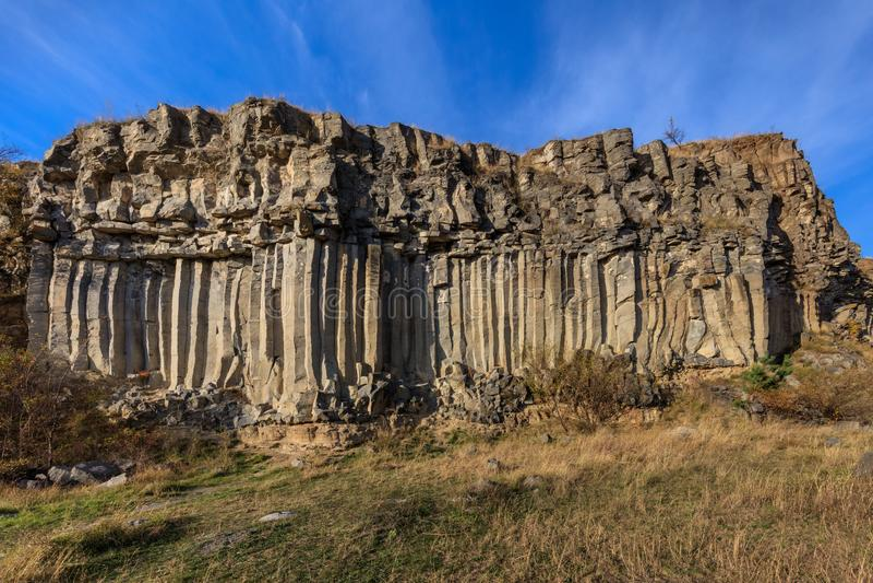 Rocas de las columnas del basalto en Racos, Transilvania fotografía de archivo