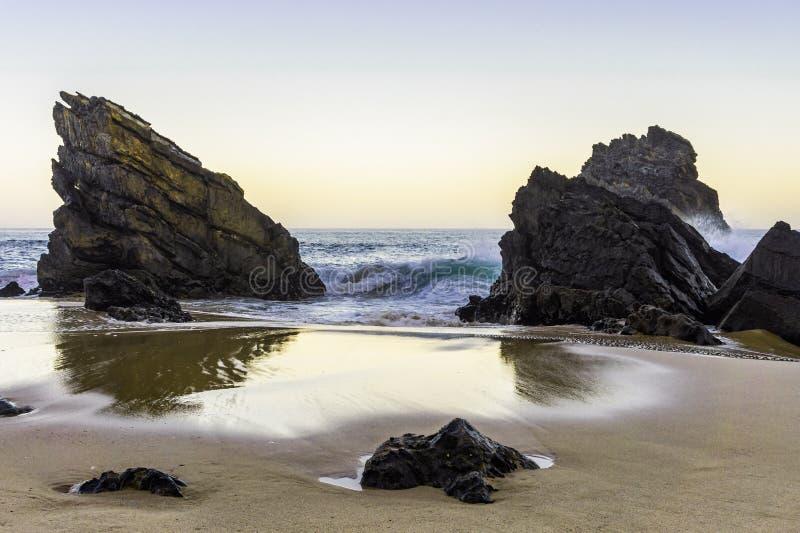 Rocas del acantilado que sorprenden en la costa oeste de Portugal fotografía de archivo