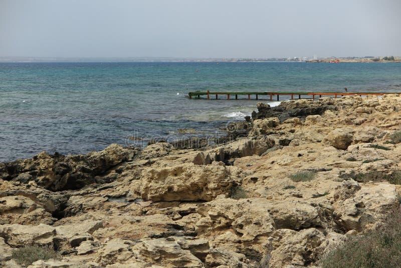 Rocas del mar y pequeño embarcadero imagen de archivo libre de regalías