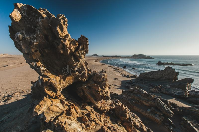 Rocas dentadas a lo largo de la costa esquelética de Namibia imágenes de archivo libres de regalías