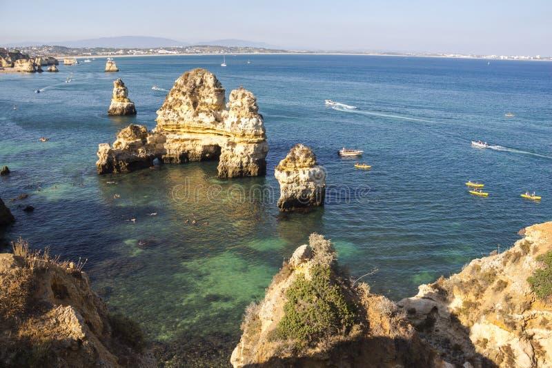 Rocas en agua en región de Lagos, Algarve, Portugal imágenes de archivo libres de regalías