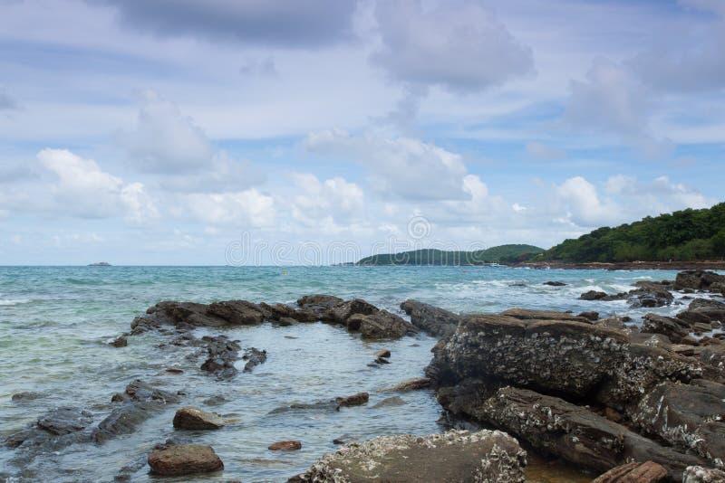 Rocas en la arena de la playa. foto de archivo