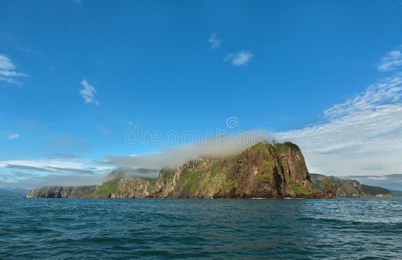 Rocas en la bahía de Avacha del Océano Pacífico Costa de Kamchatka fotografía de archivo libre de regalías