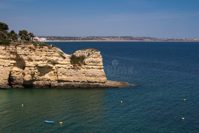 Rocas en la costa en Algarve, Portugal imagenes de archivo