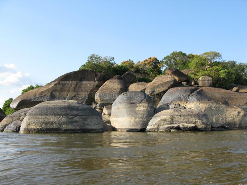 Rocas en la estación seca en el estado Venezuela del río Orinoco Puerto Ayacucho Amazonas foto de archivo libre de regalías