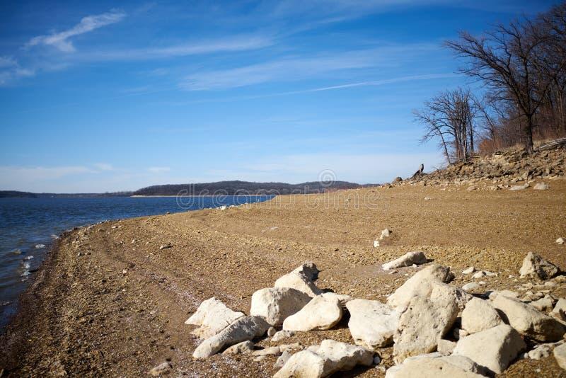 Rocas en la línea de la playa de Perry Lake Arkansas fotografía de archivo