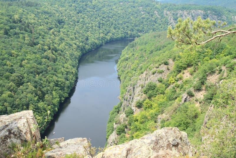 Rocas en la opinión sobre el río Moldava - el comandante de Vyhlidka fotografía de archivo libre de regalías