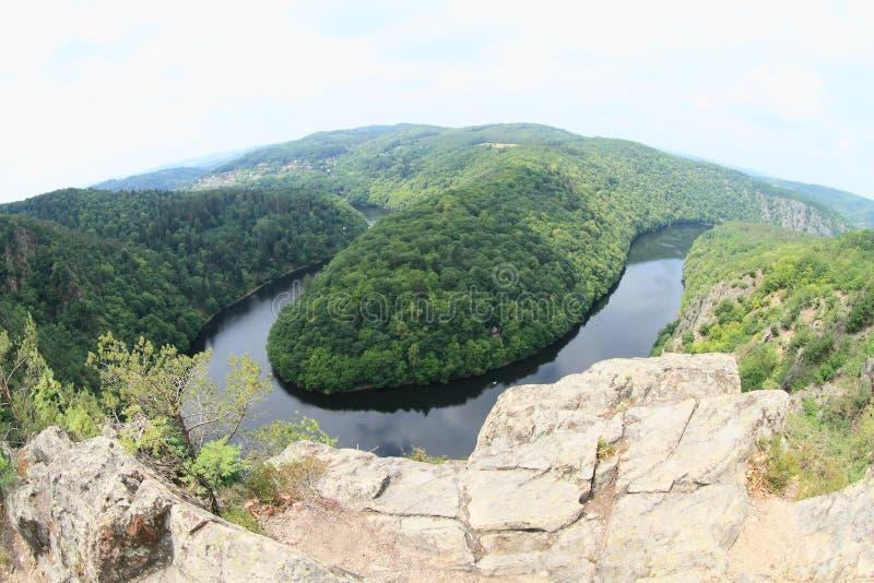 Rocas en la opinión sobre el río Moldava - el comandante de Vyhlidka imagenes de archivo