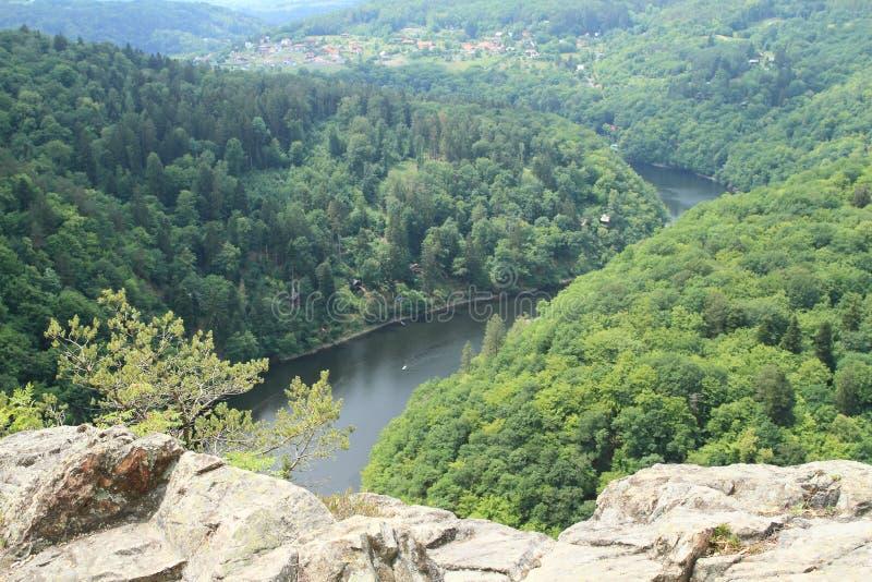Rocas en la opinión sobre el río Moldava - el comandante de Vyhlidka foto de archivo