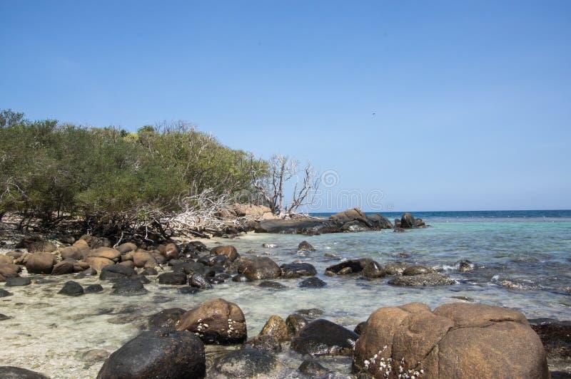 Rocas en la playa de la isla de la paloma en Sri Lanka fotos de archivo