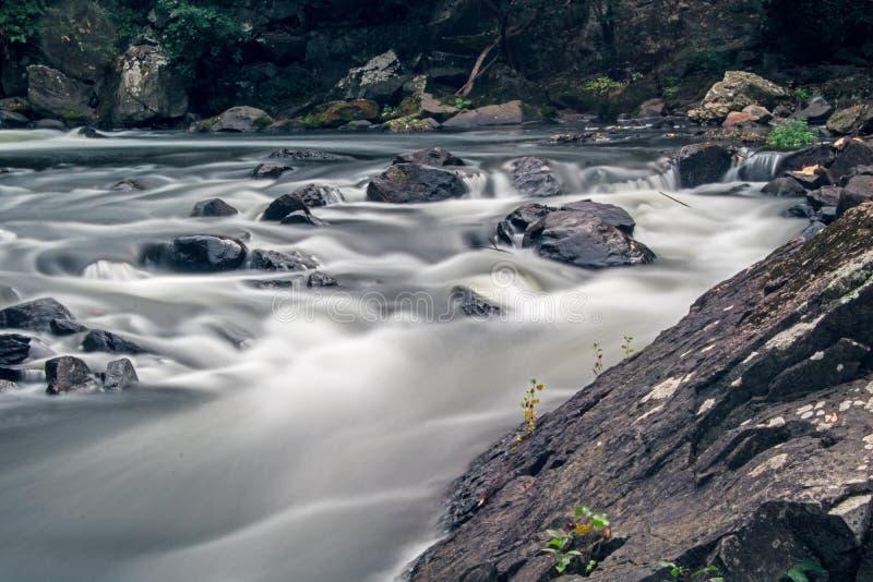 Rocas en los rápidos en el río de Yamaska en Granby, Quebec fotos de archivo