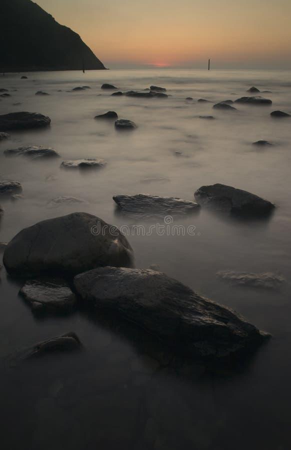 Rocas en puesta del sol fotos de archivo