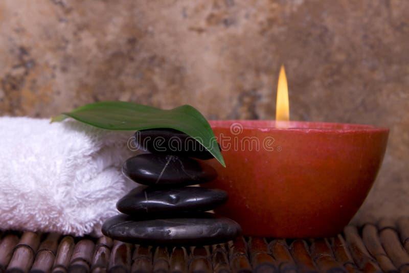 Rocas equilibradas, vela en bambú imagen de archivo libre de regalías